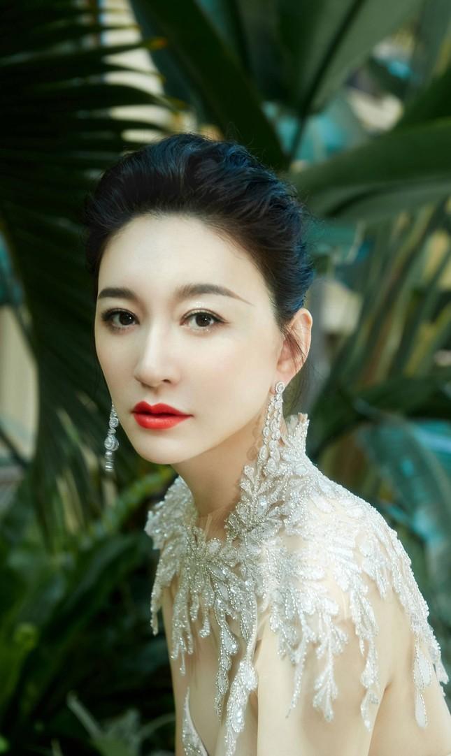 Người đẹp Hoa ngữ 44 tuổi khoe 'vòng 1' gợi cảm đầy sức sống ảnh 4
