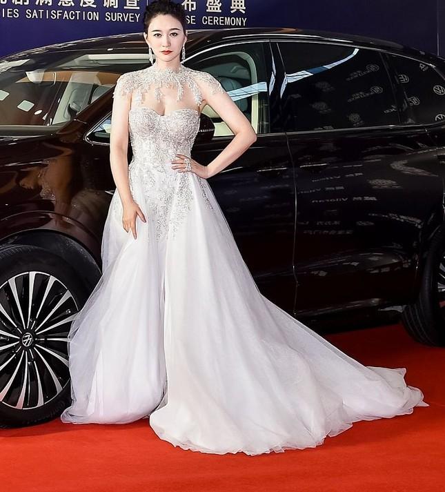 Người đẹp Hoa ngữ 44 tuổi khoe 'vòng 1' gợi cảm đầy sức sống ảnh 2