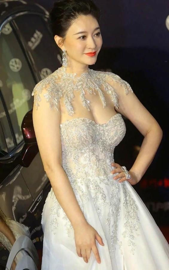 Người đẹp Hoa ngữ 44 tuổi khoe 'vòng 1' gợi cảm đầy sức sống ảnh 1