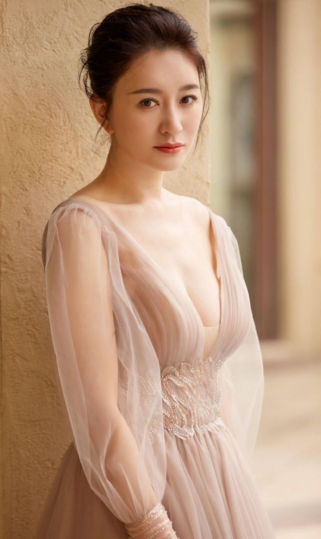 Người đẹp Hoa ngữ 44 tuổi khoe 'vòng 1' gợi cảm đầy sức sống ảnh 8