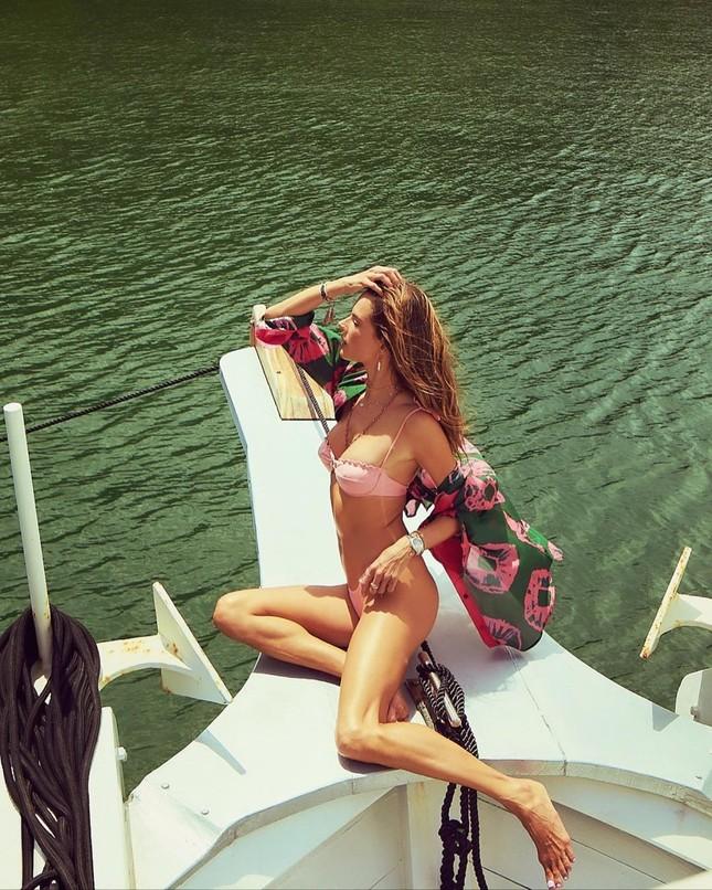Mê đắm loạt khoảnh khắc nóng 'bỏng mắt' của Alessandra Ambrosio ảnh 4