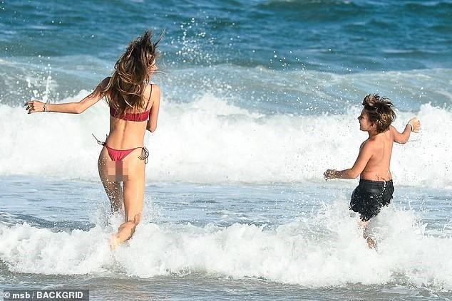 Nữ thần áo tắm Brazil thu hút mọi ánh nhìn trên biển ảnh 8