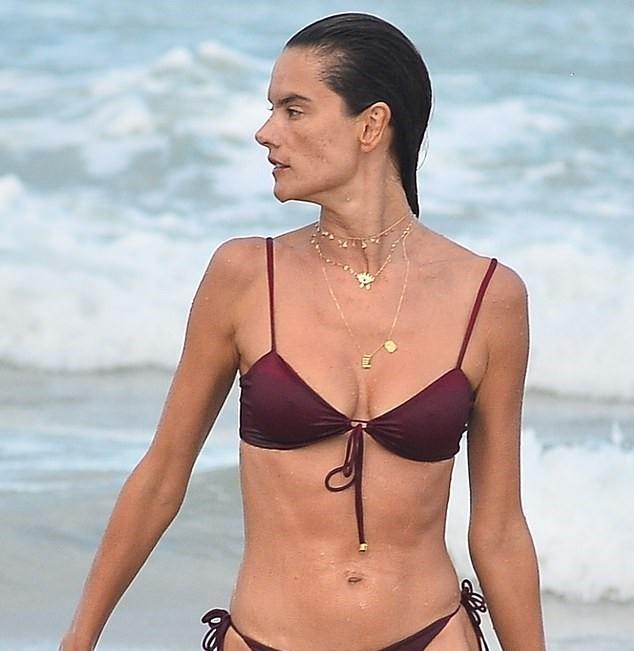 Nữ thần áo tắm Brazil thu hút mọi ánh nhìn trên biển ảnh 2