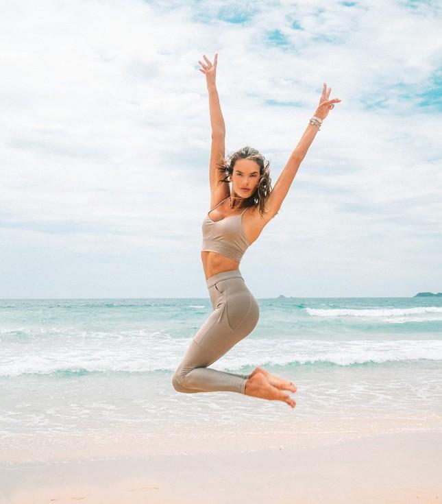 Nữ thần áo tắm Brazil thu hút mọi ánh nhìn trên biển ảnh 10