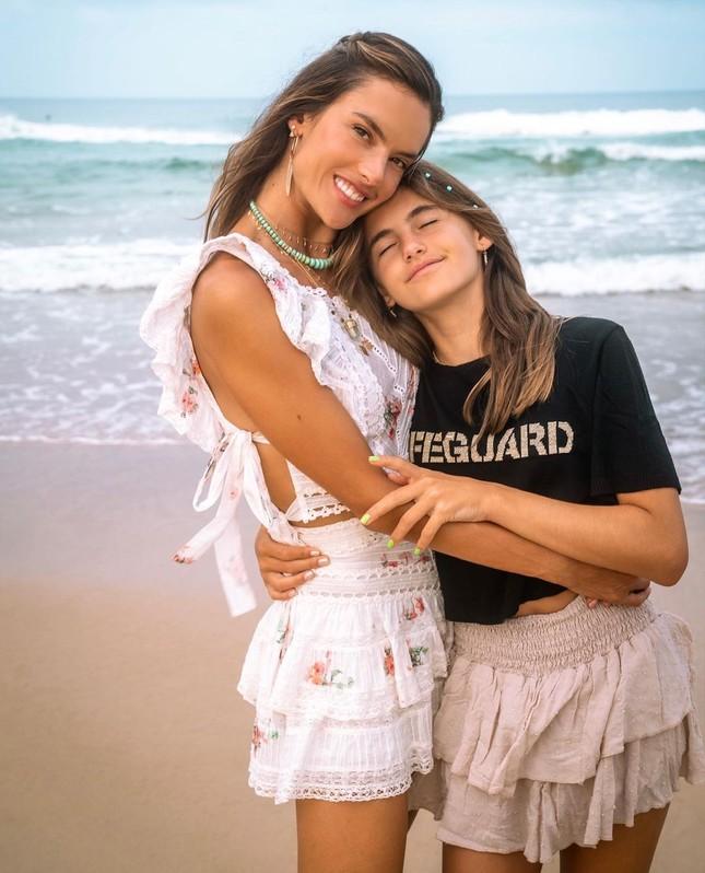 Nữ thần áo tắm Brazil thu hút mọi ánh nhìn trên biển ảnh 14