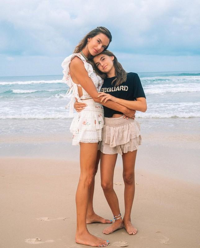 Nữ thần áo tắm Brazil thu hút mọi ánh nhìn trên biển ảnh 15