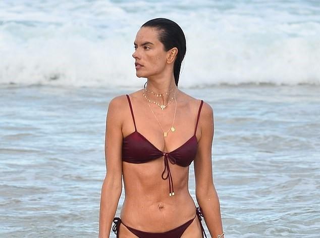 Nữ thần áo tắm Brazil thu hút mọi ánh nhìn trên biển ảnh 1