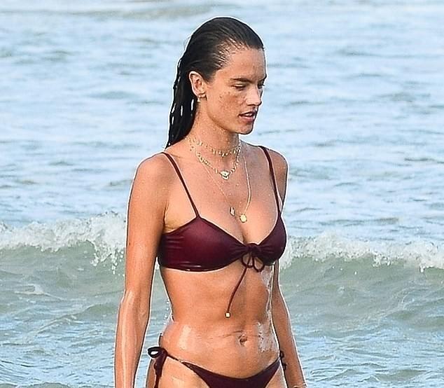 Nữ thần áo tắm Brazil thu hút mọi ánh nhìn trên biển ảnh 3