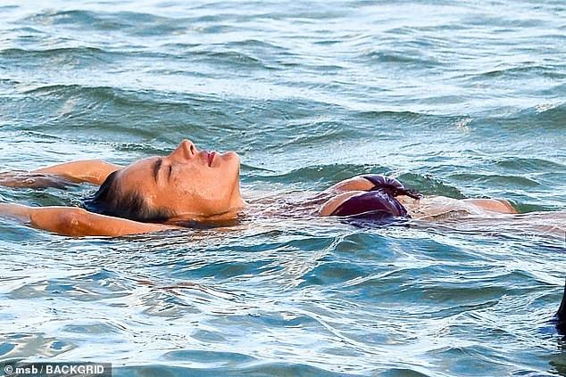 Nữ thần áo tắm Brazil thu hút mọi ánh nhìn trên biển ảnh 5