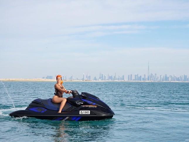 Bạn gái Ronaldo lái mô tô nước nóng bỏng trên biển ảnh 1