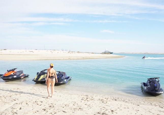 Bạn gái Ronaldo lái mô tô nước nóng bỏng trên biển ảnh 3