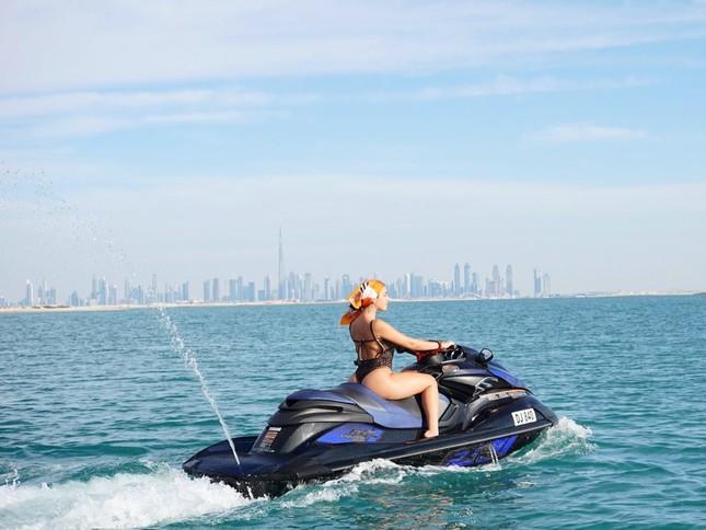 Bạn gái Ronaldo lái mô tô nước nóng bỏng trên biển ảnh 2