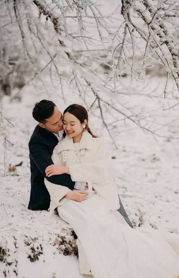Cặp đôi chụp ảnh cưới lãng mạn như cổ tích giữa tuyết trắng ở Y Tý ảnh 7