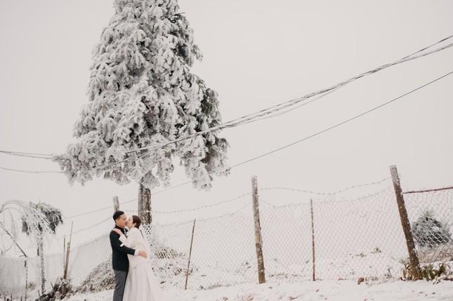 Cặp đôi chụp ảnh cưới lãng mạn như cổ tích giữa tuyết trắng ở Y Tý ảnh 10