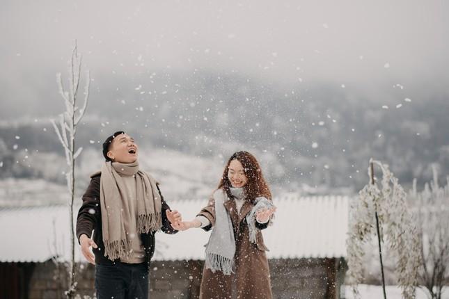 Cặp đôi chụp ảnh cưới lãng mạn như cổ tích giữa tuyết trắng ở Y Tý ảnh 14