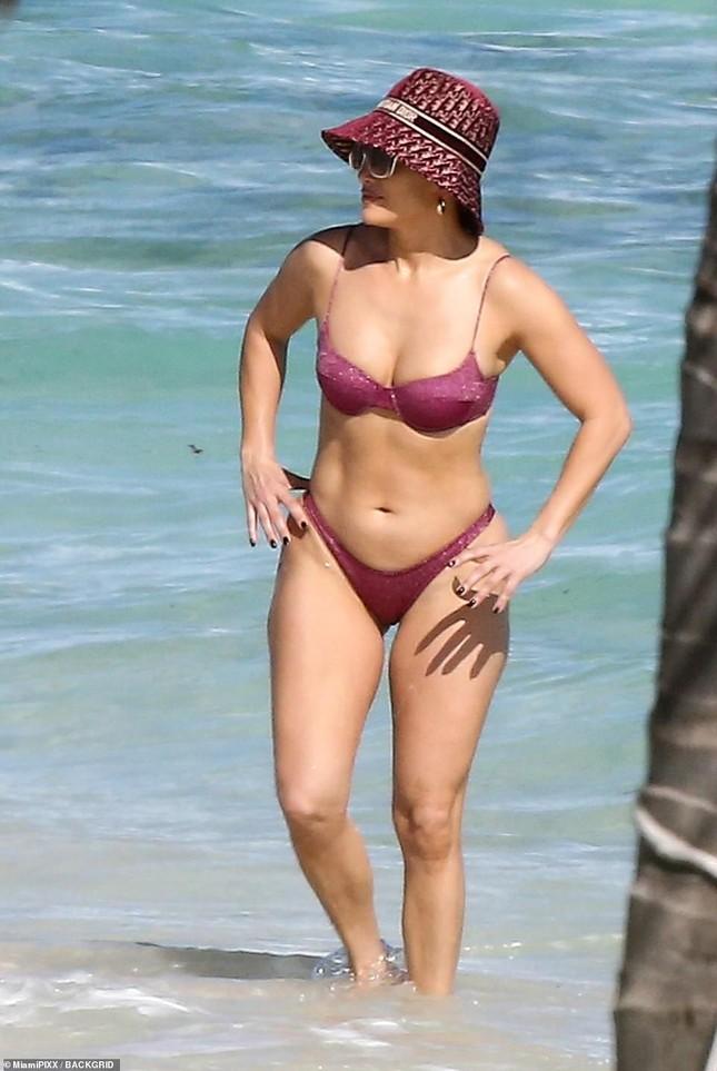 Dạo biển cùng hôn phu, Jennifer Lopez thả dáng rực lửa tuổi 51 ảnh 2