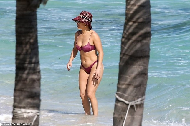 Dạo biển cùng hôn phu, Jennifer Lopez thả dáng rực lửa tuổi 51 ảnh 1