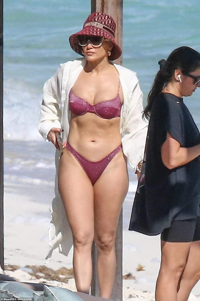 Dạo biển cùng hôn phu, Jennifer Lopez thả dáng rực lửa tuổi 51 ảnh 6