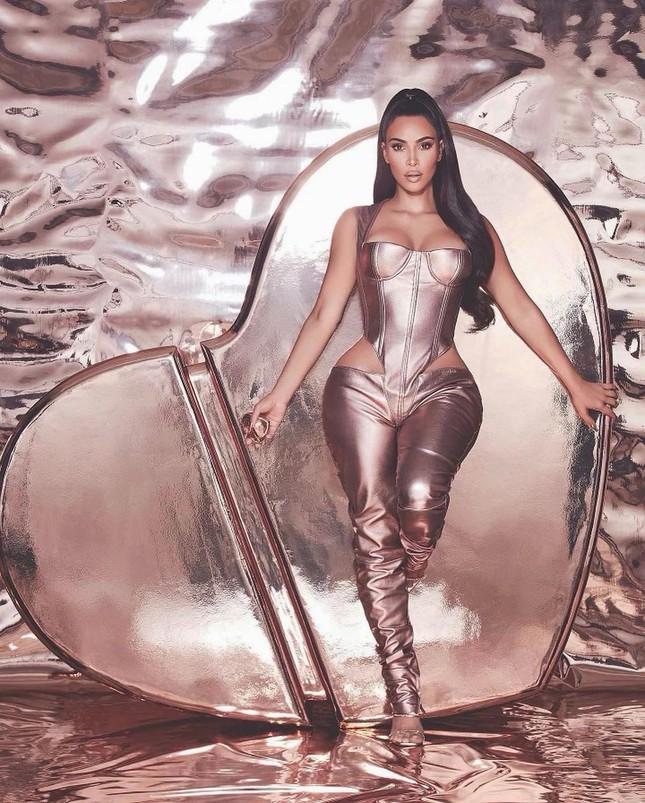 Kim Kardashian thả dáng 'đồng hồ cát' với bodysuit ánh kim ảnh 1