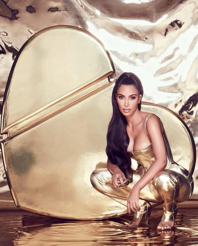 Kim Kardashian thả dáng 'đồng hồ cát' với bodysuit ánh kim ảnh 3