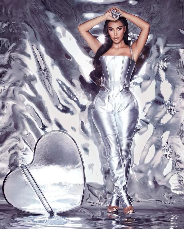 Kim Kardashian thả dáng 'đồng hồ cát' với bodysuit ánh kim ảnh 2
