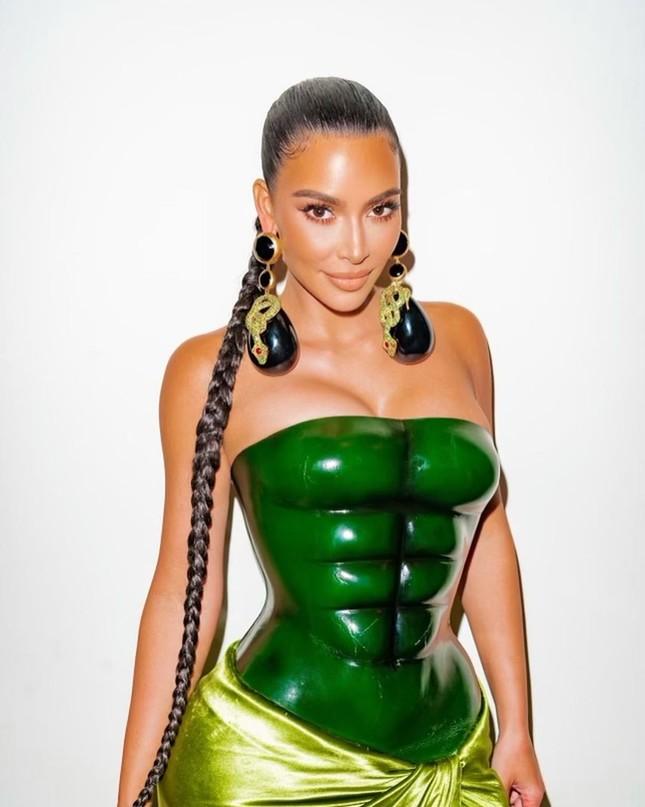 Kim Kardashian thả dáng 'đồng hồ cát' với bodysuit ánh kim ảnh 6