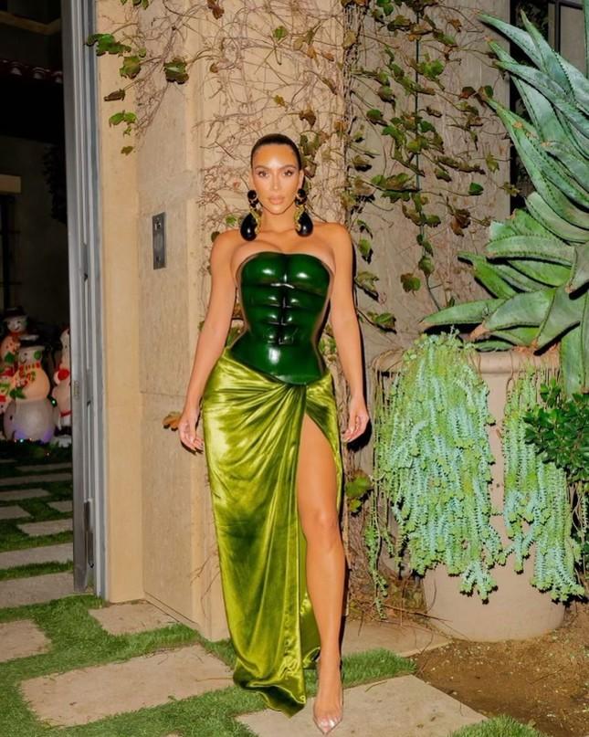 Kim Kardashian thả dáng 'đồng hồ cát' với bodysuit ánh kim ảnh 9