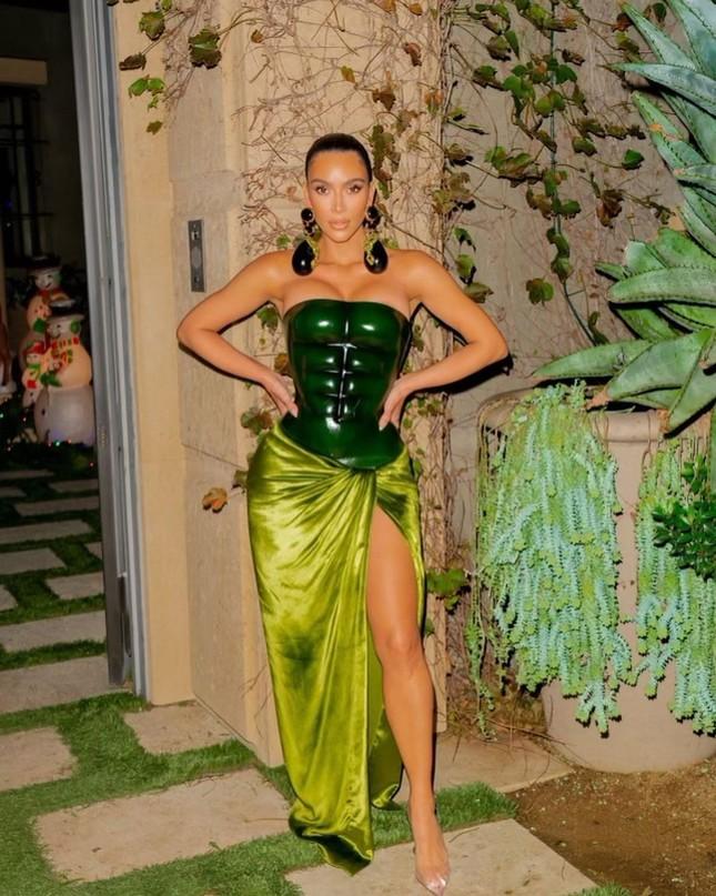 Kim Kardashian thả dáng 'đồng hồ cát' với bodysuit ánh kim ảnh 10