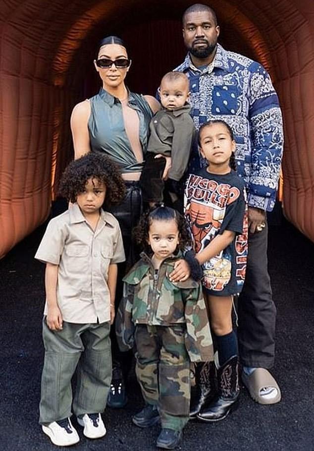 Kim Kardashian thả dáng 'đồng hồ cát' với bodysuit ánh kim ảnh 13