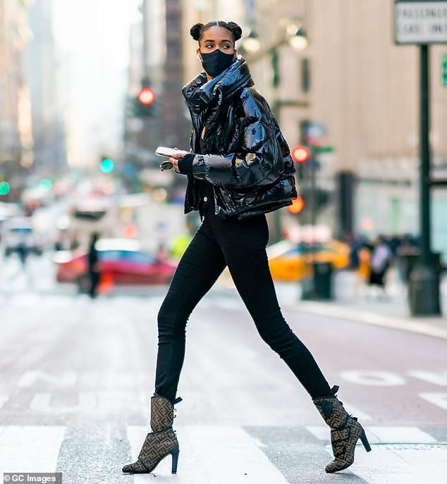 Siêu mẫu cao 1m82 khoe chân dài miên man trên đường phố New York ảnh 1