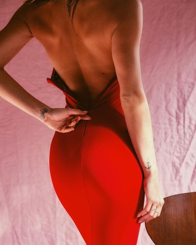 Dáng thon đẹp tuyệt mỹ của 'búp bê tóc vàng' Gigi Paris ảnh 2