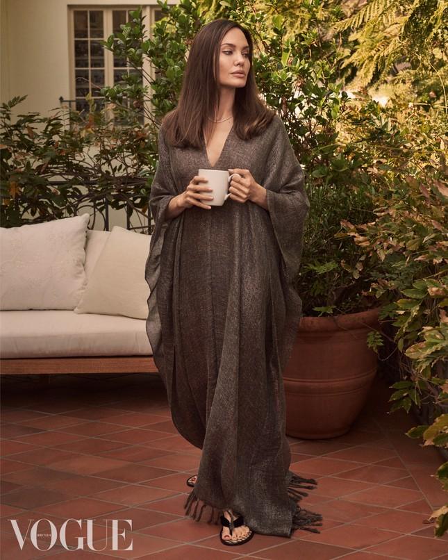 Angelina Jolie 45 tuổi quyến rũ với thần thái đỉnh cao ảnh 3