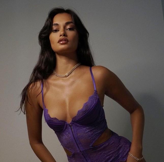 Nàng mẫu Brazil Gizele Oliveira xinh đẹp với nội y Valentine ảnh 1