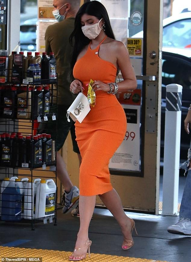 Em út nhà Kardashian mặc bó sát tôn dáng 'đồng hồ cát' gợi cảm ảnh 2