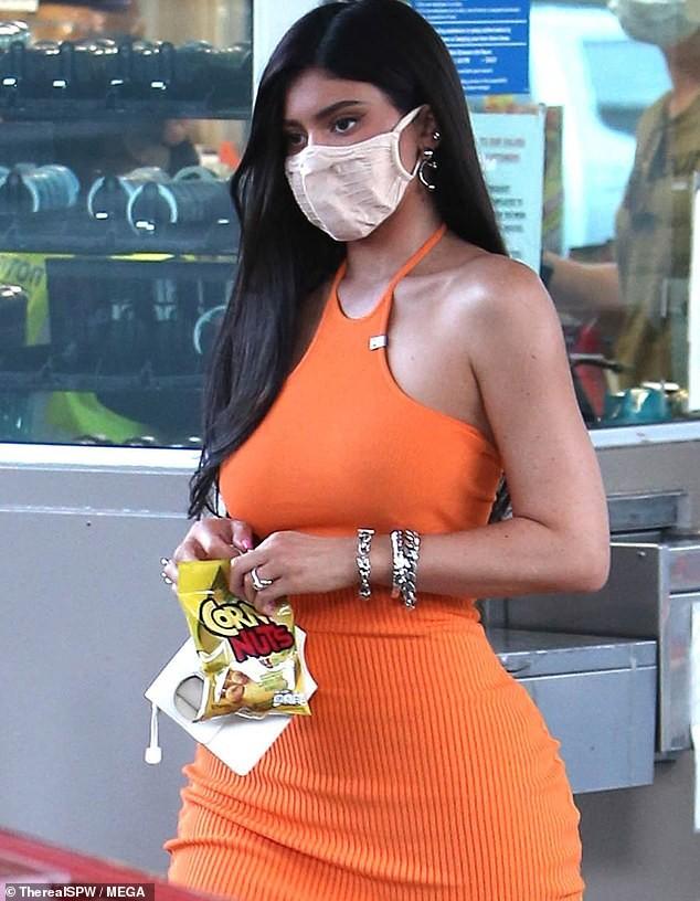 Em út nhà Kardashian mặc bó sát tôn dáng 'đồng hồ cát' gợi cảm ảnh 1