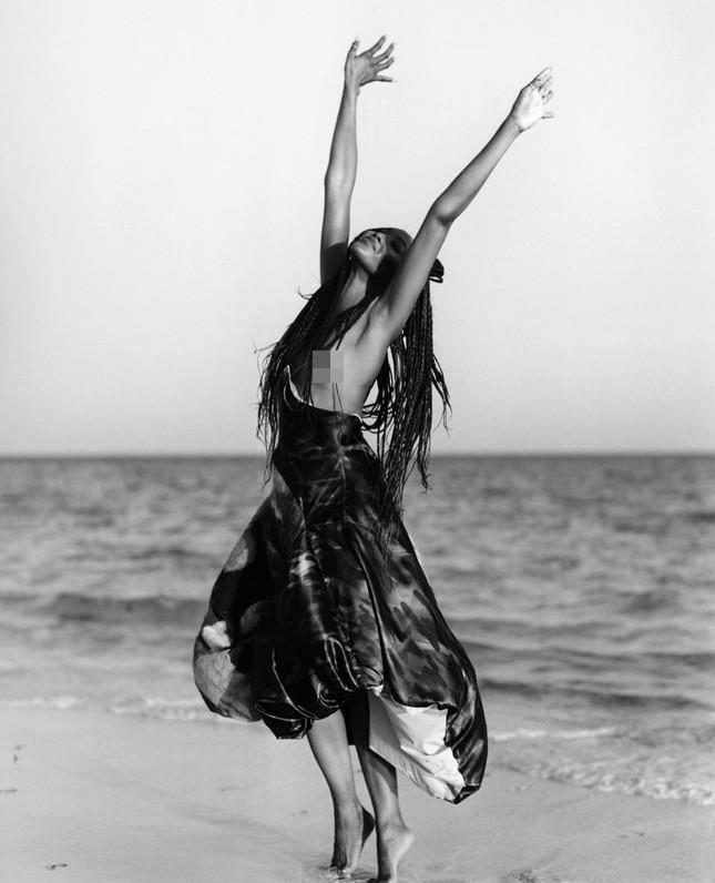 Thần thái rực rỡ của siêu mẫu huyền thoại Naomi Campbell ở tuổi 50 ảnh 6
