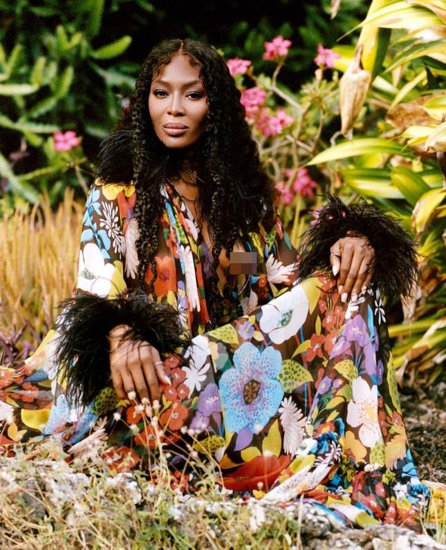 Thần thái rực rỡ của siêu mẫu huyền thoại Naomi Campbell ở tuổi 50 ảnh 4