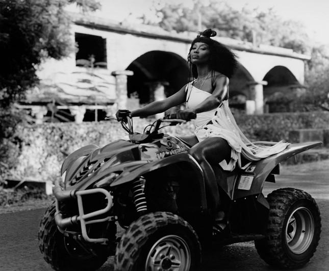 Thần thái rực rỡ của siêu mẫu huyền thoại Naomi Campbell ở tuổi 50 ảnh 8