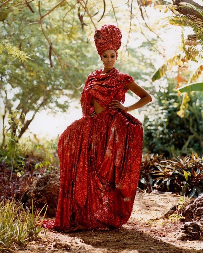 Thần thái rực rỡ của siêu mẫu huyền thoại Naomi Campbell ở tuổi 50 ảnh 3