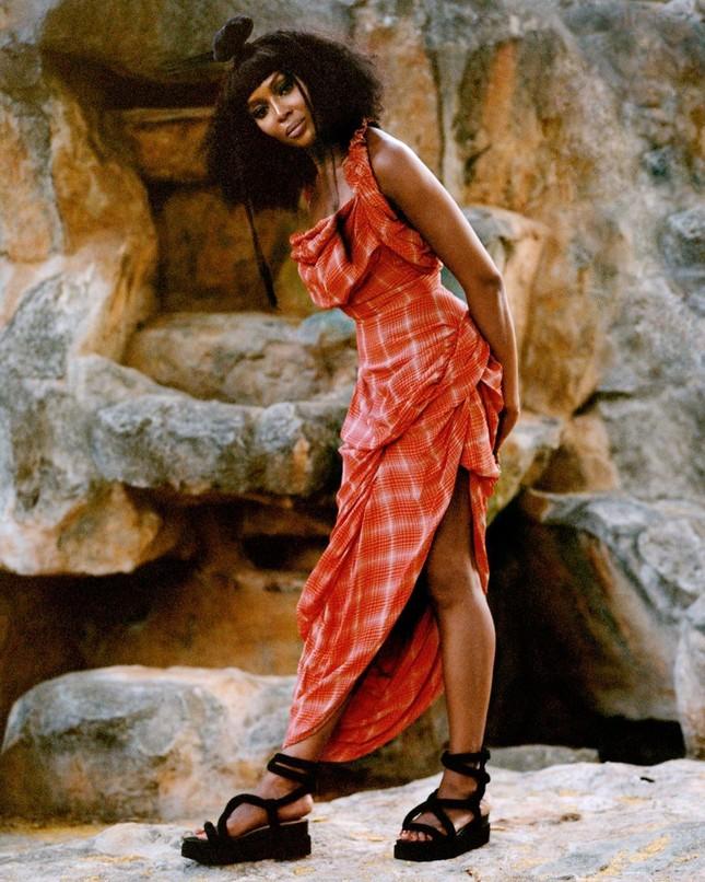Thần thái rực rỡ của siêu mẫu huyền thoại Naomi Campbell ở tuổi 50 ảnh 5