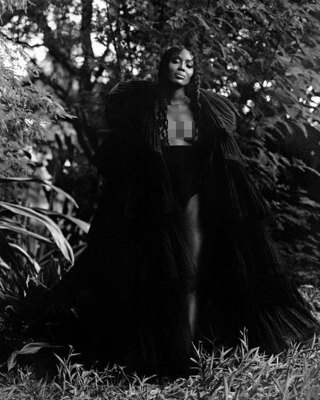 Thần thái rực rỡ của siêu mẫu huyền thoại Naomi Campbell ở tuổi 50 ảnh 9