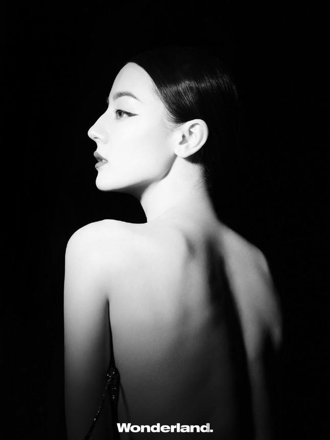 Địch Lệ Nhiệt Ba bán nude táo bạo ảnh 6