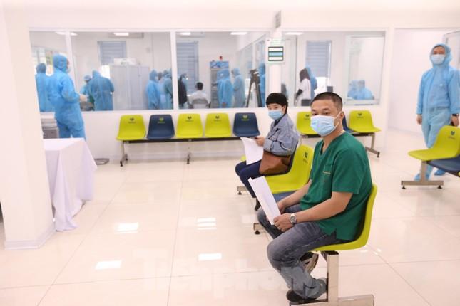 Những mũi tiêm vắc xin COVID-19 đầu tiên tại Hà Nội, Hải Dương và TPHCM ảnh 15