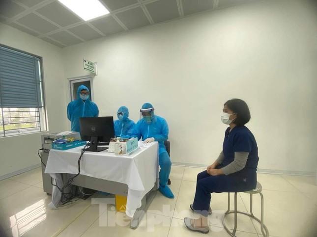 Những mũi tiêm vắc xin COVID-19 đầu tiên tại Hà Nội, Hải Dương và TPHCM ảnh 2