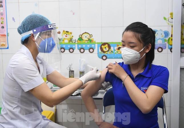 Những mũi tiêm vắc xin COVID-19 đầu tiên tại Hà Nội, Hải Dương và TPHCM ảnh 3
