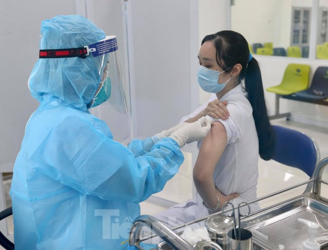 Những mũi tiêm vắc xin COVID-19 đầu tiên tại Hà Nội, Hải Dương và TPHCM ảnh 6