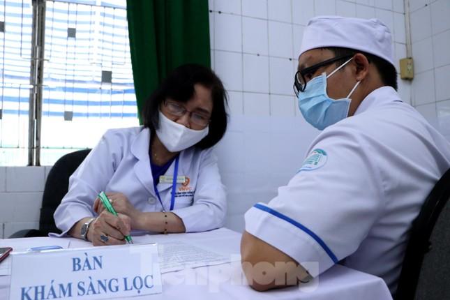 Những mũi tiêm vắc xin COVID-19 đầu tiên tại Hà Nội, Hải Dương và TPHCM ảnh 18