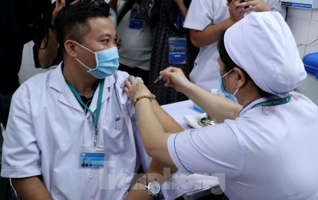 Những mũi tiêm vắc xin COVID-19 đầu tiên tại Hà Nội, Hải Dương và TPHCM ảnh 23