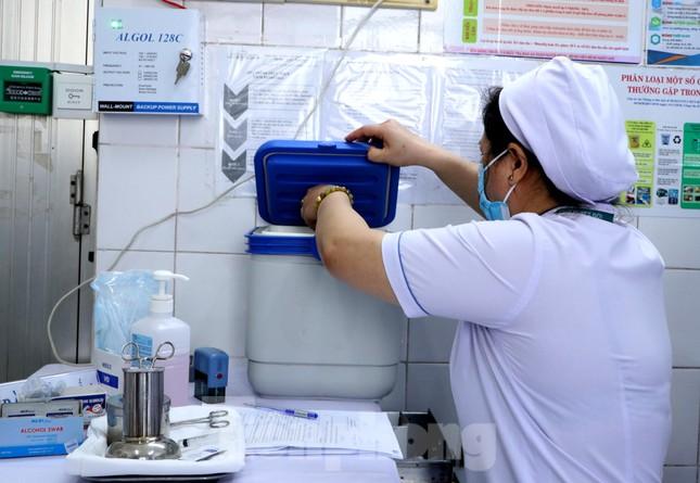Những mũi tiêm vắc xin COVID-19 đầu tiên tại Hà Nội, Hải Dương và TPHCM ảnh 19