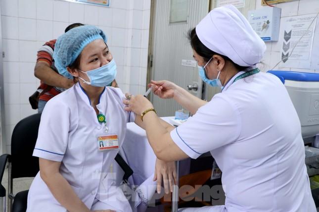 Những mũi tiêm vắc xin COVID-19 đầu tiên tại Hà Nội, Hải Dương và TPHCM ảnh 22